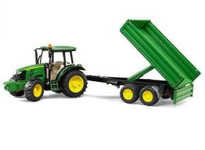 Traktor John Deere 5115M s vyklápacím prívesom, model v mierke 1:16